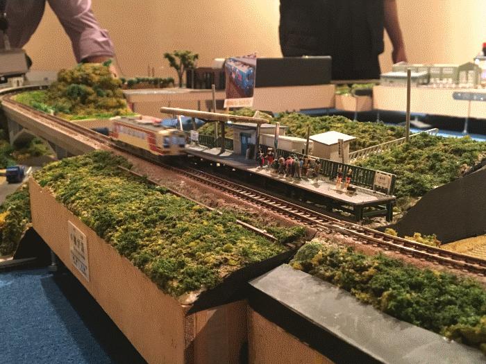 鉄道が走り抜けるジオラマ写真