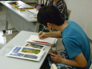 ▲色鉛筆を握りしめて